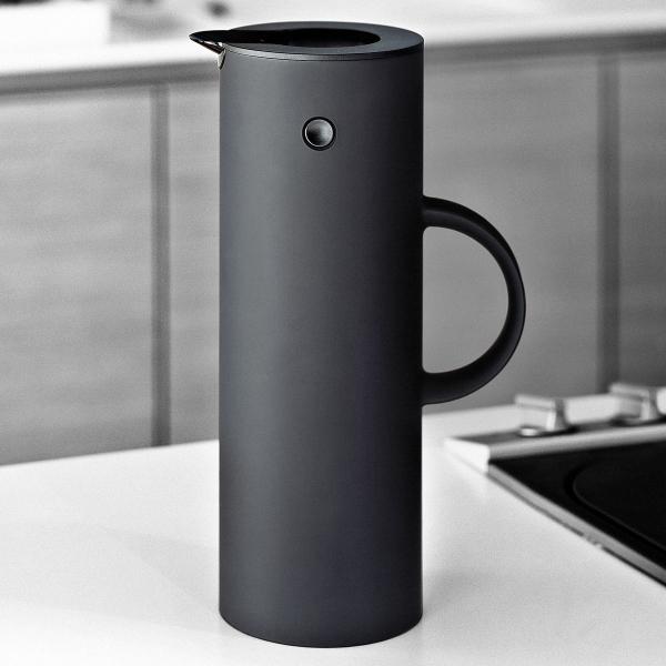 isolierkanne em77 schwarz matt gro von stelton. Black Bedroom Furniture Sets. Home Design Ideas