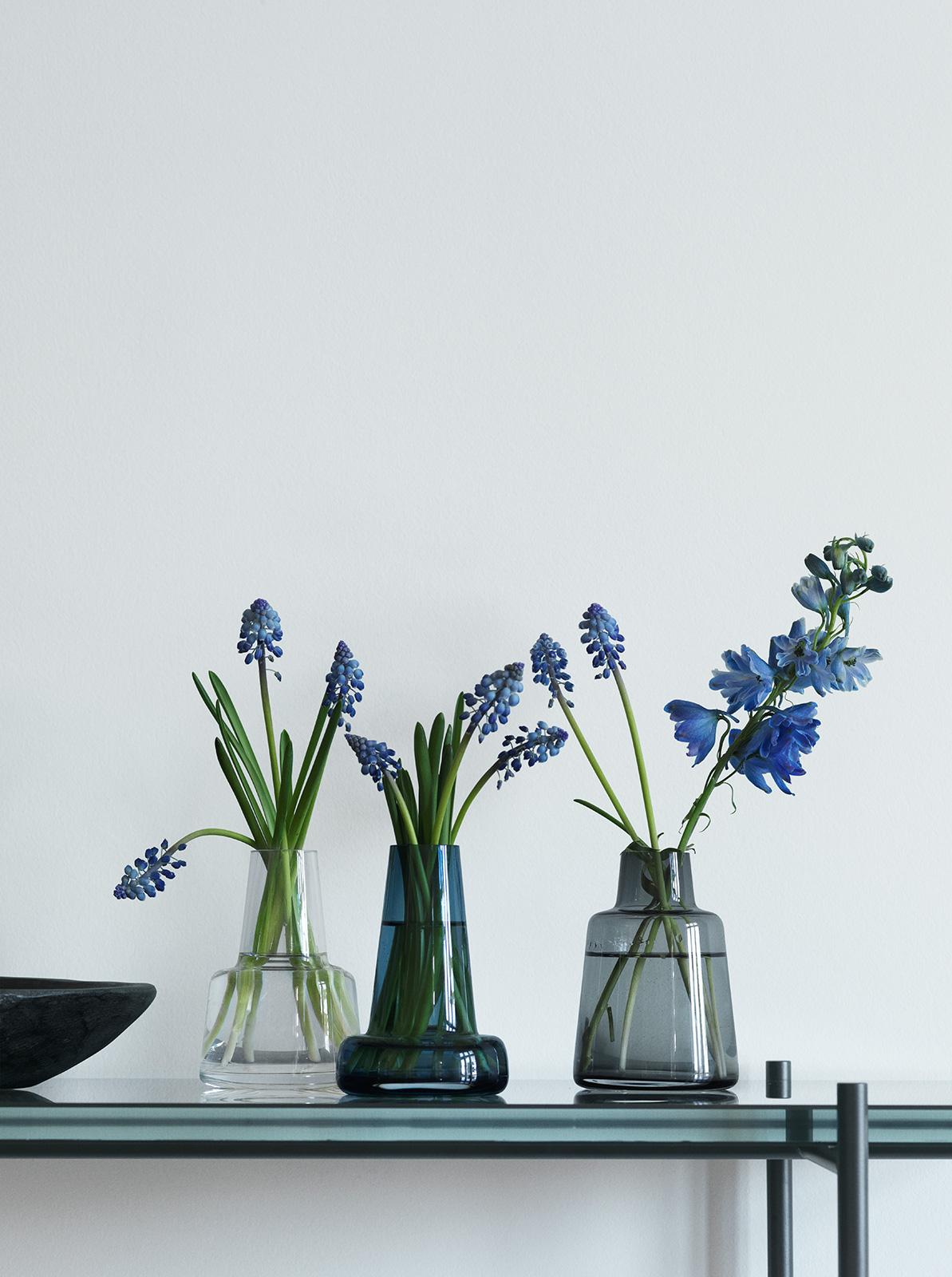 vase flora blau lang von holmegaard bei erkmann. Black Bedroom Furniture Sets. Home Design Ideas